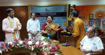 pmg-smt.-charukesi-being-honoured.